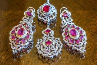 pink-and-diamond-earrings-and-maang-tikka