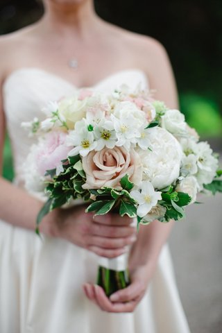 bridal-bouquet-with-blush-roses-and-white-peonies-ivy-greenery