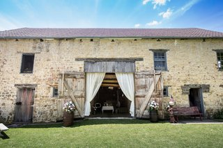 gehlen-barn-wedding-venue-in-iowa-with-flowers-and-drapery