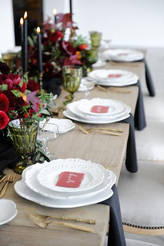 marsala-place-cards-and-flowers-in-centerpieces