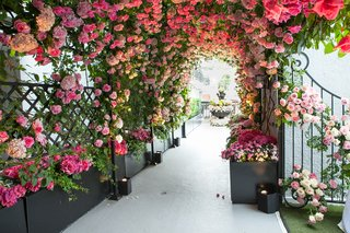 guests-entered-the-rooftop-ceremony-area-through-a-tunnel-of-pink-and-white-rose-flowers
