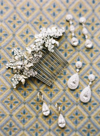 vine-motif-bridal-hair-comb-with-teardrop-diamond-earrings-and-drop-earrings