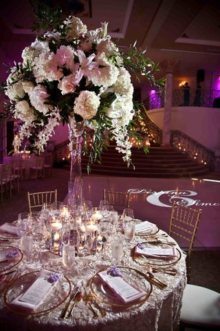 rosette-linens-with-gold-charger-plate-and-tall-white-flower-arrangement