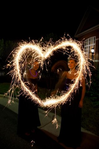 bridesmaids-make-heart-shape-with-sparklers