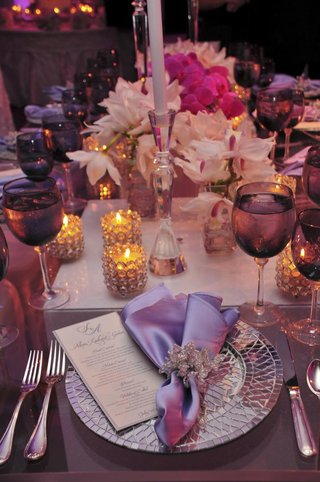 wedding-place-setting-with-mirror-plate-and-purple-details