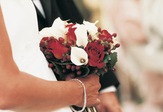 wedding-flowers-featured-white-calla-lily-and-red-rose-blooms