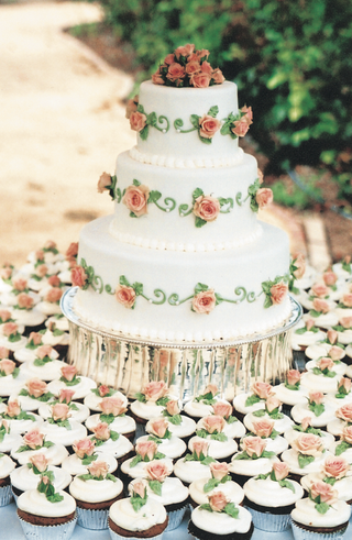 three-layer-cake-with-roses-and-matching-cupcakes