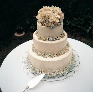 white-wedding-cake-with-blue-and-white-hydrangeas
