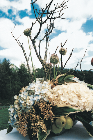 rustic-inspired-centerpiece-with-hydrangeas-and-pears