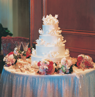 wedding-cake-table-with-pink-flowers