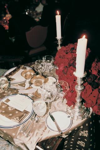 dinner-menus-in-gold-fleur-de-lis-linens