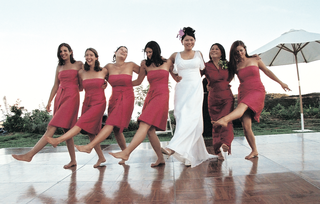 five-bridesmaids-and-the-mother-of-the-bride-dance-like-rockettes