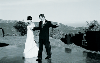 black-and-white-image-of-newlyweds-first-dance