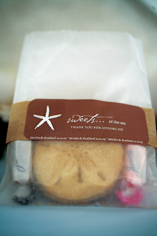 starfish-wedding-favor-bag-with-sand-dollar-shaped-cookie
