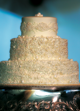 three-layer-cake-with-ivory-pearls