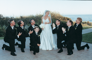 groomsmen-look-up-at-bride-in-funny-photo