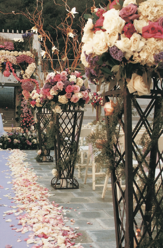 flower-arrangement-and-petal-lined-aisle