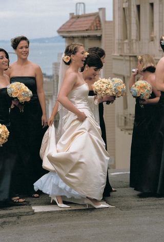 bridesmaids-wear-black-dresses-and-carry-bouquets-on-san-francisco-street