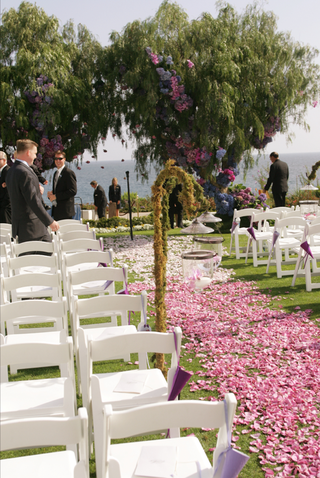 oceanfront-ceremony-on-grassy-lawn-with-ombre-flower-petal-aisleway