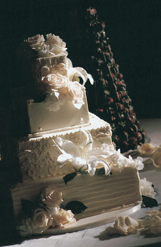 white-cake-decorated-with-roses-and-fondant