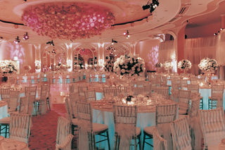 white-round-tables-and-centerpieces