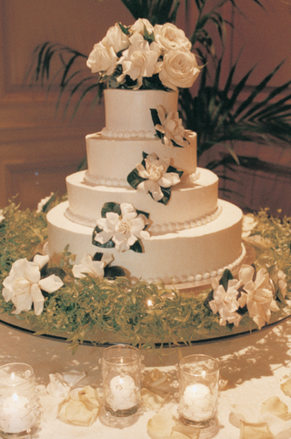 tiered-cake-with-flowers-on-top-and-sides