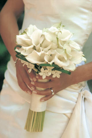 bride-holds-bouquet-with-white-flowers