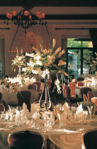 formal-indoor-reception-with-tall-centerpieces