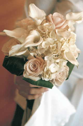 bridesmaid-bouquet-with-white-and-blush-flowers