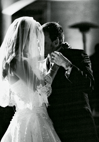 lace-veil-and-newlyweds-first-dance