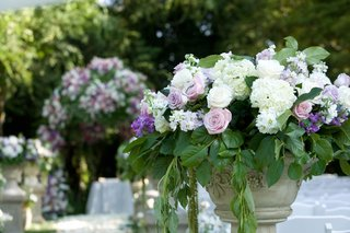 ceremony-flowers-on-pedestal-that-lined-aisle