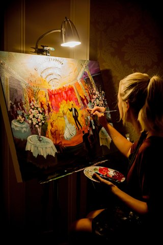 live-event-painter-painting-during-first-dance-at-wedding