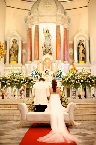 couple-kneel-catedral-basilica-de-santa-marta-in-colombia-designer-francesca-miranda-daughter
