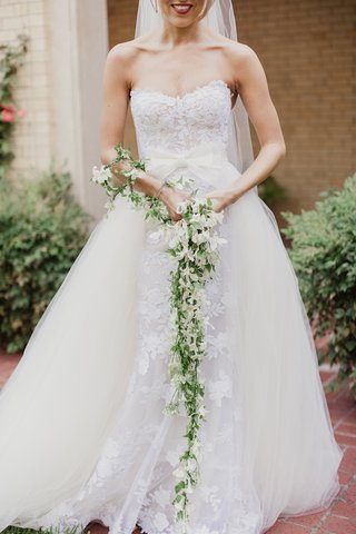 unique-bridal-bouquet-cascading-garland-of-white-flowers