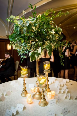greenery-arrangement-with-ivy-gold-candle-holders-with-ferns-escort-card-table