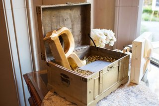 golden-crate-confetti-on-table-gift-table-wedding-wooden-notes