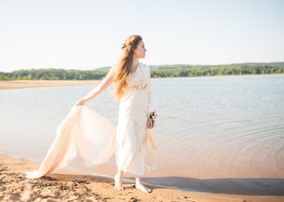 boho-chic-mermaid-inspired-bridal-look-barefoot-with-large-pearl-necklace