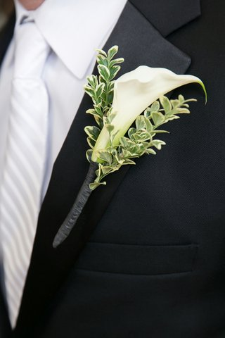 single-calla-lily-blossom-with-variegated-greenery-boutonniere