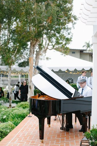 piano-wedding-ceremony-entertainment-at-outdoor-wedding