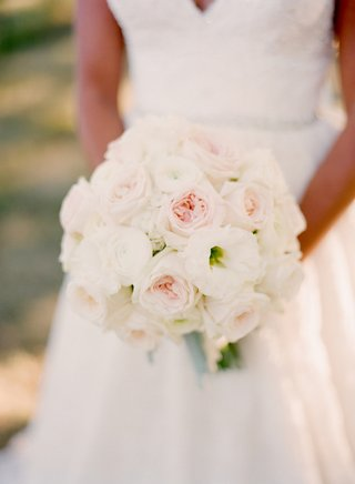 brides-bouquet-of-white-and-pink-garden-roses-with-white-lisianthus