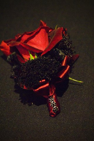groomsmens-red-rose-boutonnier