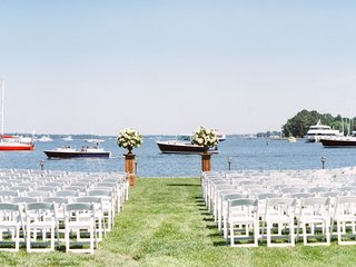 boats-along-river-at-outdoor-wedding-grass-lawn-flower-arrangements-maryland-venue-river