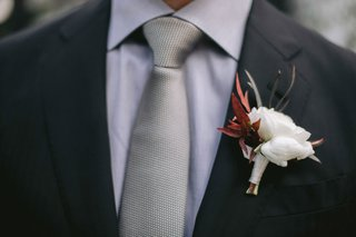 groom-boutonniere-white-ranunculus-with-fall-leaves-foliage-lilla-bello