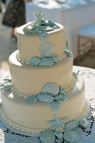 beach-wedding-cake-with-blue-seashell-decorations