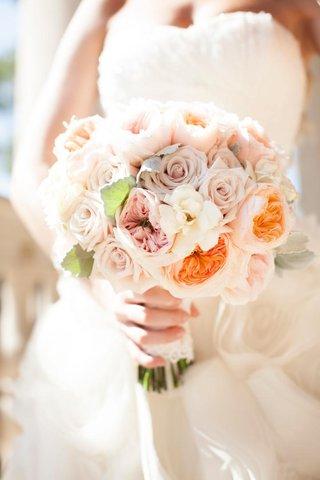 bride-carrying-garden-roses-and-gardenias