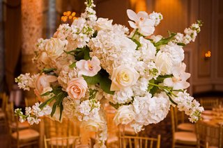 ivory-and-blush-rose-hydrangea-and-orchids-floral-arrangement-with-green-leaves
