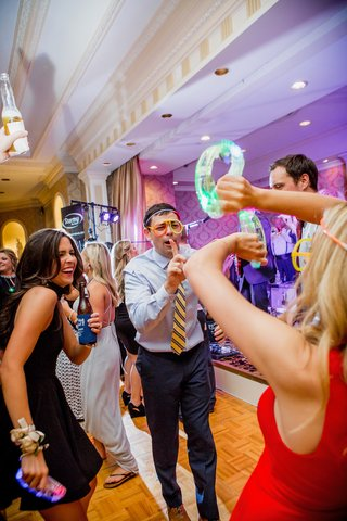 wedding-guests-dancing-and-partying-with-glow-sticks