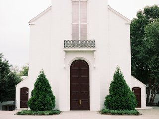 wedding venue nashville tennessee woodmont christian church green trees white brick arch doorway