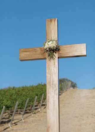 large-cross-displayed-at-vineyard-wedding