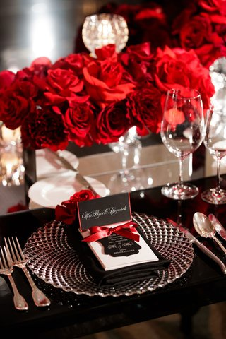 wedding-reception-place-setting-rose-flowers-in-mirror-box-black-table-charger-red-border-black-card